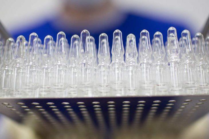 Activistas advierten de que 9 de cada 10 personas en los países pobres no recibirán el año que viene la vacuna contra la COVID-19