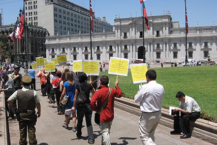 Gente caminando a la Modena_Amnistía en Chile