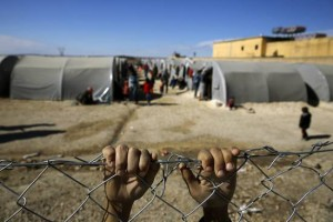 csm_211716_Kurdish_refugee_boy_from_the_Syrian_town_of_Kobani_holds_onto_a_fence_that_surrounds_a_refugee_camp_in_the_border_town_of_Suruc_Sanliurfa_province_0ac5390939