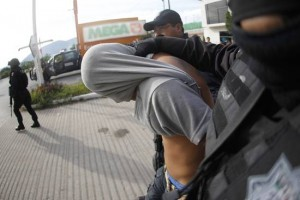 csm_219947_Federal_police_arrest_a_man_suspected_of_looting_shopping_mall_Plaza_Tamarindos_in_Iguala_53766ed2f4