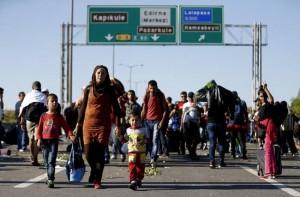 Migrants_walk_on_a_highway_near_EdirneAmnistiaInternacional