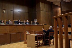 El líder de Amanecer Dorado, Nikos Mihaloliakos testificando durante el juicio contra miembros de su partido. 6 de noveimbre de 2019. © REUTERS/Costas Baltas